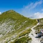 20-Na sedlu pred Poljanskim vrhom zavijemo levo