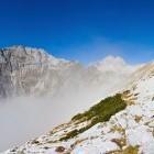 6-Veliki Draški vrh, zadaj Triglav in levo Tosc kukajo iz megle