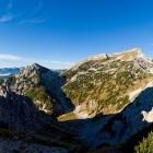 13-Pogled na kotanjico Jezerce, nad njo pa Ablanca in piramida Velikega Draškega vrha