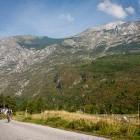 3-Vzpon s kolesom proti vasi Na skali